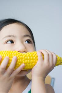 トウモロコシを食べる女の子の写真素材 [FYI01498146]