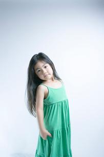 緑色のワンピースの女の子の写真素材 [FYI01498149]