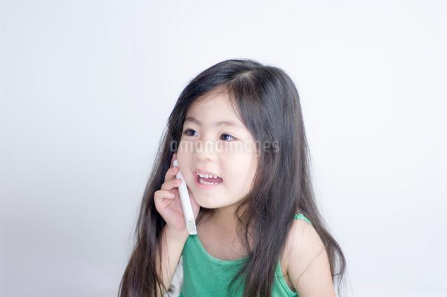 携帯電話で話す女の子の写真素材 [FYI01498156]