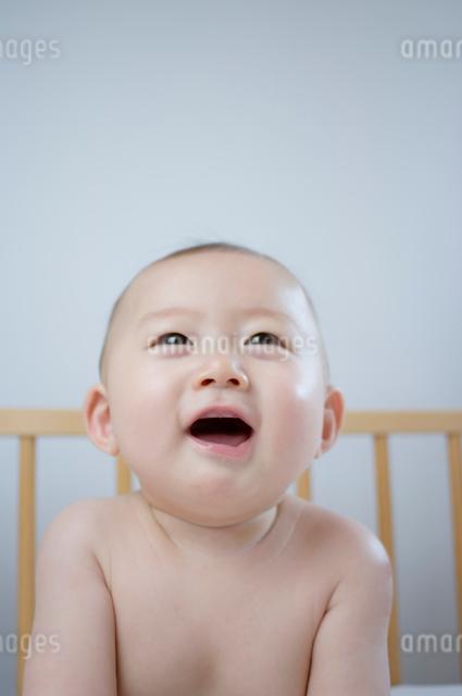 ベビーベッドの赤ちゃんの写真素材 [FYI01498214]