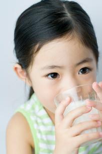 牛乳を飲む女の子の写真素材 [FYI01498215]