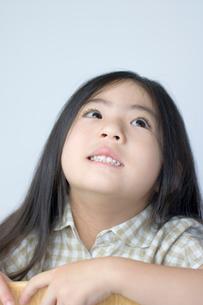 イスに座る女の子の写真素材 [FYI01498289]