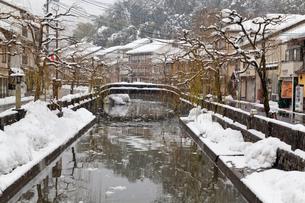 雪の城崎温泉の写真素材 [FYI01498295]