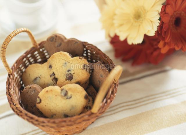 ハートのチョコチップクッキーの写真素材 [FYI01498303]