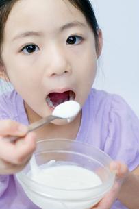 ヨーグルトを食べる女の子の写真素材 [FYI01498344]