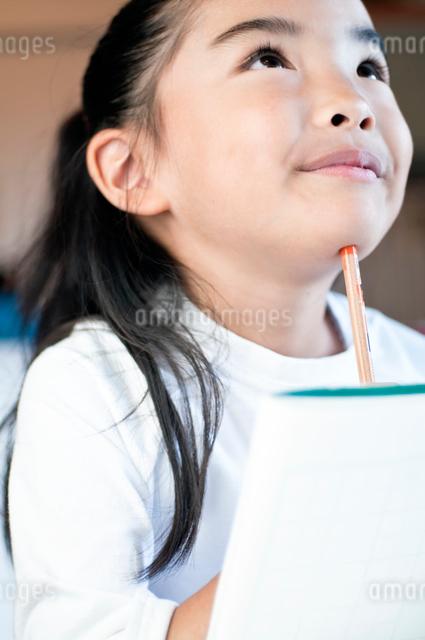 宿題をする小学生の女の子の写真素材 [FYI01498351]
