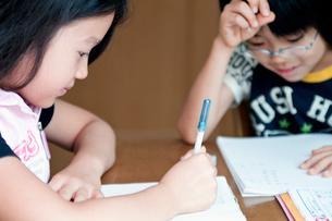 宿題をする女の子と男の子の小学生の写真素材 [FYI01498370]