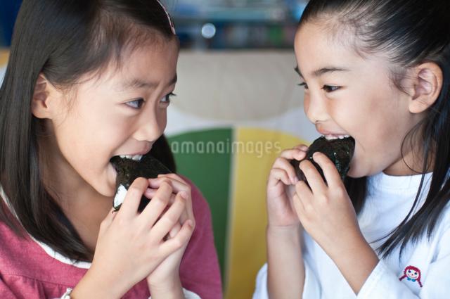 おにぎりを食べる女の子の写真素材 [FYI01498374]