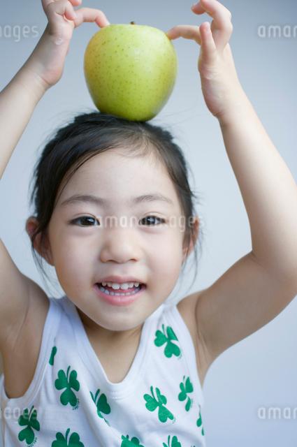 青りんごと女の子の写真素材 [FYI01498380]