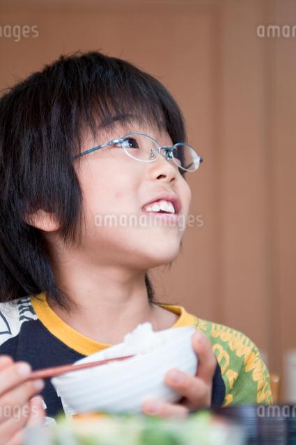 ご飯を食べる小学生の男の子の写真素材 [FYI01498393]