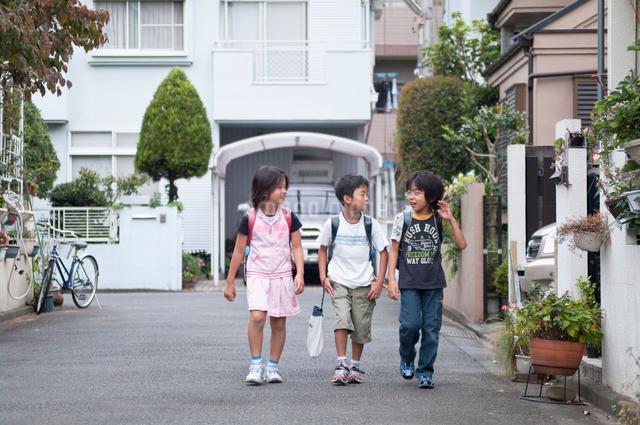 登下校中の小学生の写真素材 [FYI01498397]