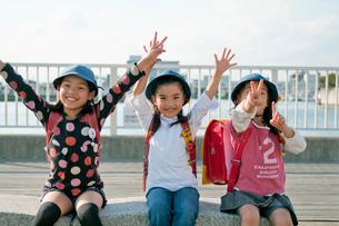 バンザイをする三人の小学生の女の子の写真素材 [FYI01498407]