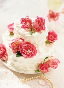 ガーデンウエディングのバラのウエディングケーキの写真素材 [FYI01498443]