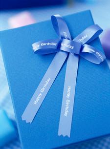 ブルーのギフトボックスとリボンのラッピングの写真素材 [FYI01498480]