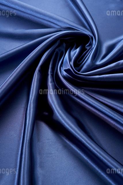 紺色のサテン生地のドレープの写真素材 [FYI01498481]