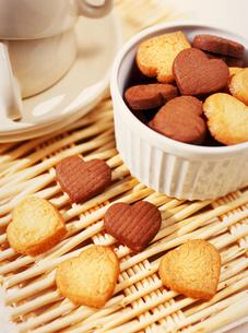 ハート型のバレンタインチョコレートクッキーの写真素材 [FYI01498487]