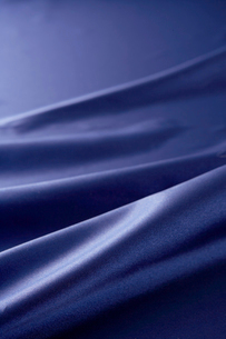 紺色のサテン生地のドレープの写真素材 [FYI01498552]