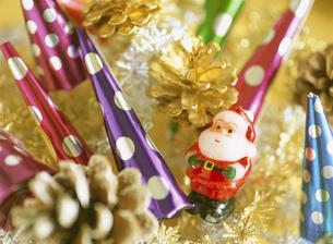 クリスマスパーティーのクラッカーとサンタクロースの写真素材 [FYI01498564]