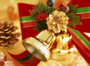 キャンドルライトに灯されたクリスマスデコレーションの写真素材 [FYI01498594]