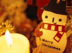 キャンドルライトとスノーマンとクリスマスデコレーションの写真素材 [FYI01498617]