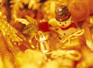 キャンドルライトとスノーマンとクリスマスデコレーションの写真素材 [FYI01498759]