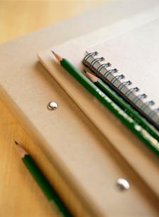 バインダーとノートと鉛筆の写真素材 [FYI01498773]