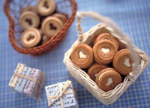 ハート型のバレンタインチョコレートクッキーの写真素材 [FYI01498791]