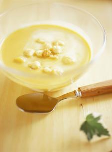 とうもろこしの冷製スープの写真素材 [FYI01498816]