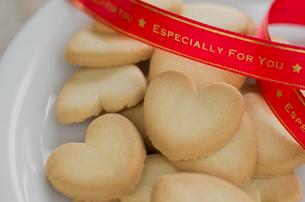 バレンタインのハートクッキーとリボンの写真素材 [FYI01498824]