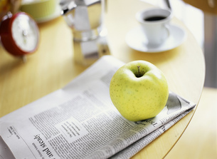 新聞と青りんごとエスプレッソの写真素材 [FYI01498850]