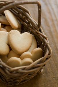 バレンタインのハートクッキーとリボンの写真素材 [FYI01498859]