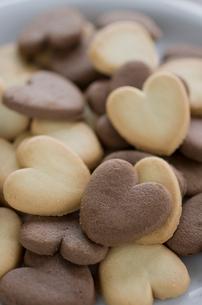 バレンタインのハートクッキーとリボンの写真素材 [FYI01498868]