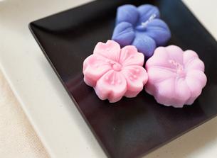 和花モチーフのキャンドルの写真素材 [FYI01498874]