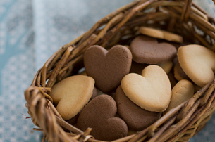 バレンタインのハートクッキーとリボンの写真素材 [FYI01498884]