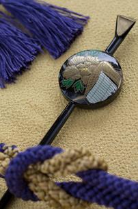和装のかんざしと帯紐の写真素材 [FYI01498893]