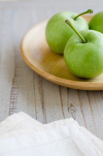 皿に乗ったミニ青りんごの写真素材 [FYI01498926]