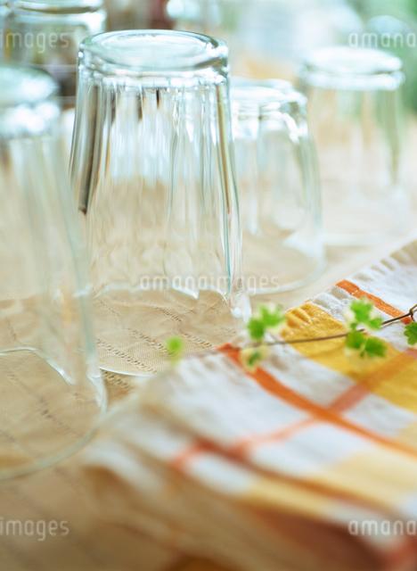 ガラスのコップとキッチンタオルの写真素材 [FYI01498952]