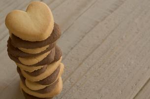 バレンタインのハートクッキーとリボンの写真素材 [FYI01498988]