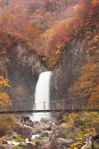 紅葉の苗名滝の写真素材 [FYI01499019]