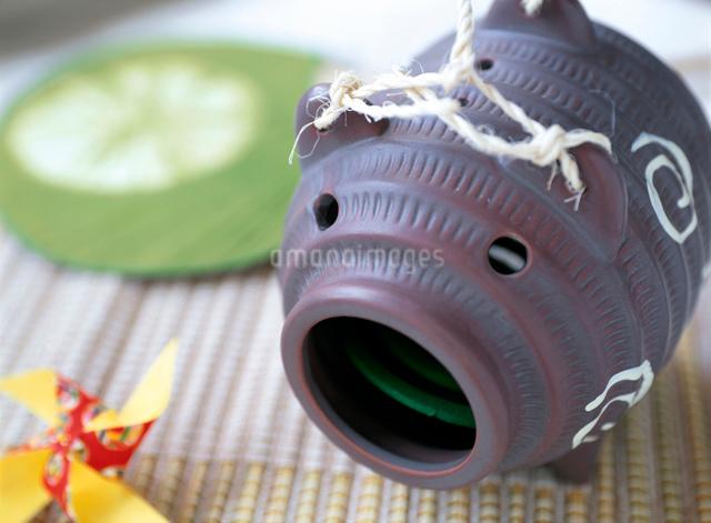 ブタの蚊取り線香入れの写真素材 [FYI01499035]