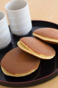 どら焼きと湯呑茶碗の写真素材 [FYI01499064]