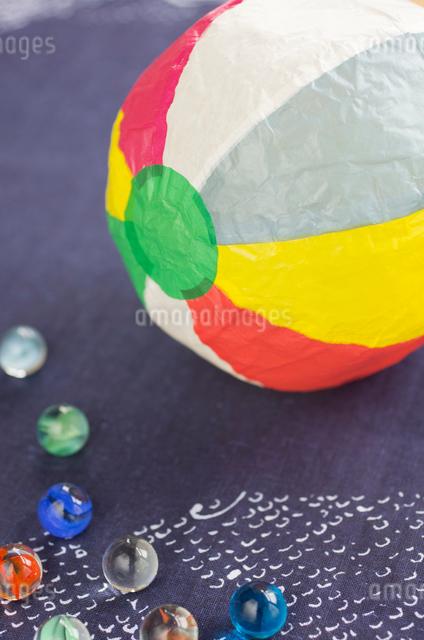 紙風船とビー玉の写真素材 [FYI01499072]