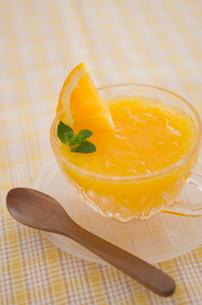 オレンジのゼリーとミントの写真素材 [FYI01499090]
