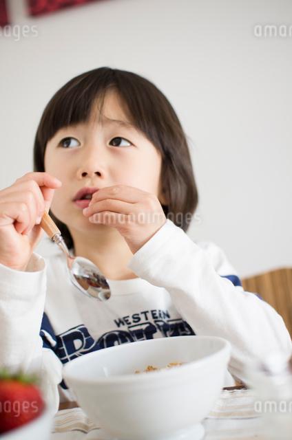朝食を食べる男の子の写真素材 [FYI01499092]