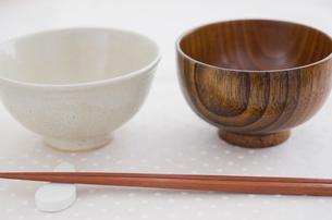 ご飯茶碗と汁碗と箸の写真素材 [FYI01499104]