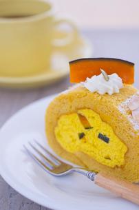 かぼちゃのロールケーキの写真素材 [FYI01499123]