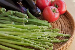 アスパラガスとオクラとトマトと茄子の写真素材 [FYI01499124]