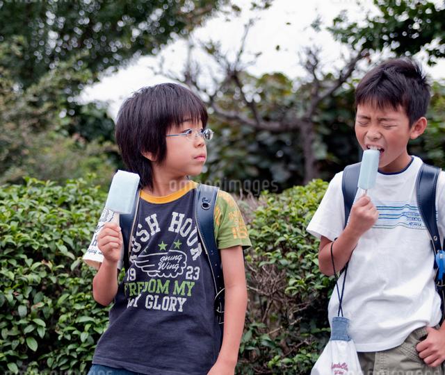 下校中に寄り道をする小学生の写真素材 [FYI01499128]