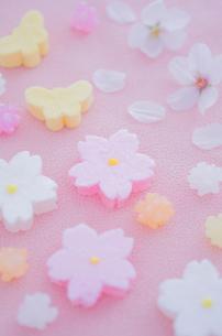 金平糖と桜と蝶々モチーフの和菓子の写真素材 [FYI01499138]