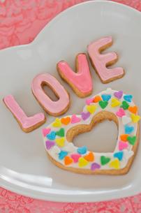 ハートのバレンタインアイシングクッキーの写真素材 [FYI01499142]